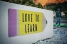 """Billede af blyant med teksten """"Love to learn"""""""
